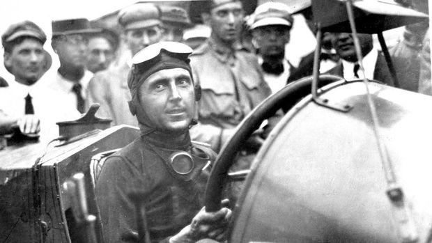 Kaca spion pertama terpasang di mobil balap
