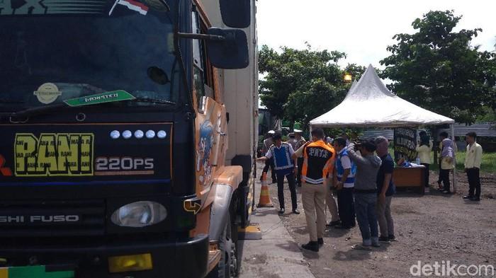 Petugas razia truk over dimensi dan over load