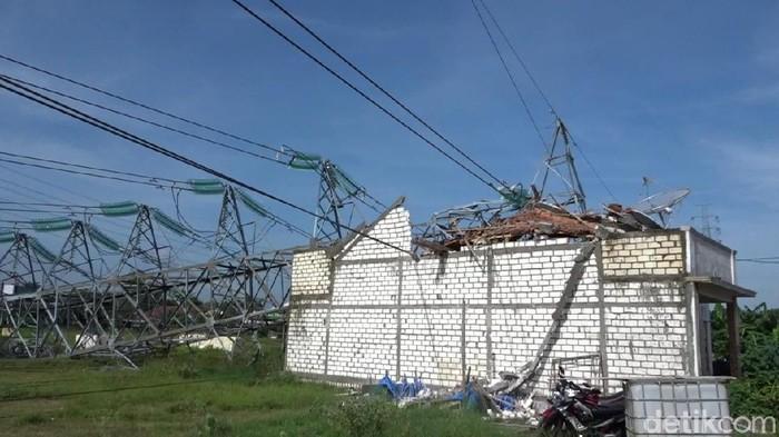 Tower SUTT PLN roboh menimpa rumah warga di Rembang, Selasa (26/2/2020).