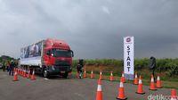 UD Trucks menantang sopir truk untuk adu skill.