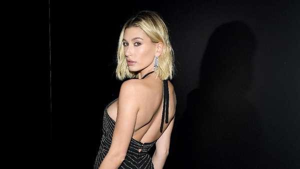 Penampilan Seksi Hailey Baldwin di Paris Fashion Week