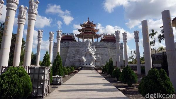 Begitu sampai di vihara, traveler akan langsung dibuat terpesona dengan arsitektur megah bangunan yang mirip Tembok China. Di depannya, ada patung Buddha setinggi 5 meter. (Wahyu Setyo Widodo/detikcom)