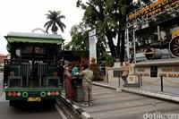 Tak jarang Bandros (Bandung Tour on Bus) yang mengangkut sejumlah wisatawan berhenti sejenak di area tugu titik nol tersebut untuk memberi kesempatan bagi para wisatawan yang hendak berfoto di tugu tersebut.