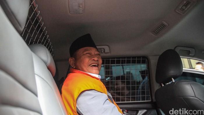 Tersangka Bupati nonaktif Sidoarjo, Jawa Timur, Saiful Illah kembali diperiksa penyidik KPK. Dia sempat terlihat tertawa saat dibawa dengan mobil tahanan.