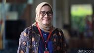 Senyum Komisioner KPU Evi Novida Saat Akan Diperiksa KPK