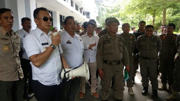 Puluhan anggota Satpol PP Makassar berunjuk rasa di kantor Balai Kota Makassar akibat tidak mendapat tunjangan tambahan penghasilan pegawai (TPP) selama beberapa bulan.