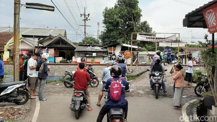 Dua pengendara motor yang berboncengan tewas tertabrak KA Malioboro di perlintasan tanpa palang pintu di Jalan Kolonel Sugiono, Kota Malang. Jenazah korban dievakuasi ke Rumah Sakit dr Saiful Anwar (RSSA).