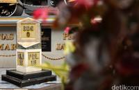 Tugu nol kilometer dan monumen Stoomwals ini diketahui didedikasikan untuk ribuan rakyat Jawa Barat yang menjadi korban kerja paksa saat proyek pembangunan Jalan Raya Pos. Di tugu nol kilometer juga terdapat replika wajah dari Daendels, Bupati Wiranatakusumah, Soekarno, dan Gubernur Jawa Barat pada tahun 1945, Mas Soetardjo Kertohadikusumo.