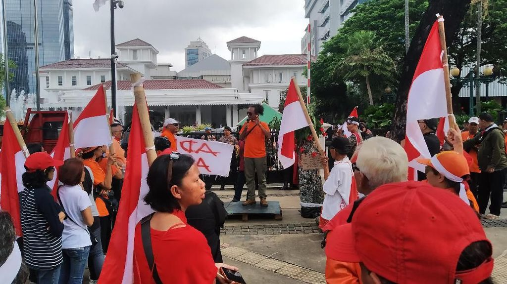Massa Demo Balai Kota soal Banjir-Revitalisasi Monas, Tuntut Anies Lengser