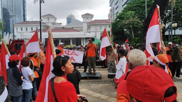 Massa aksi protes revitalisasi Monas-TIM dan banjir Jakarta di depan Balai Kota DKI