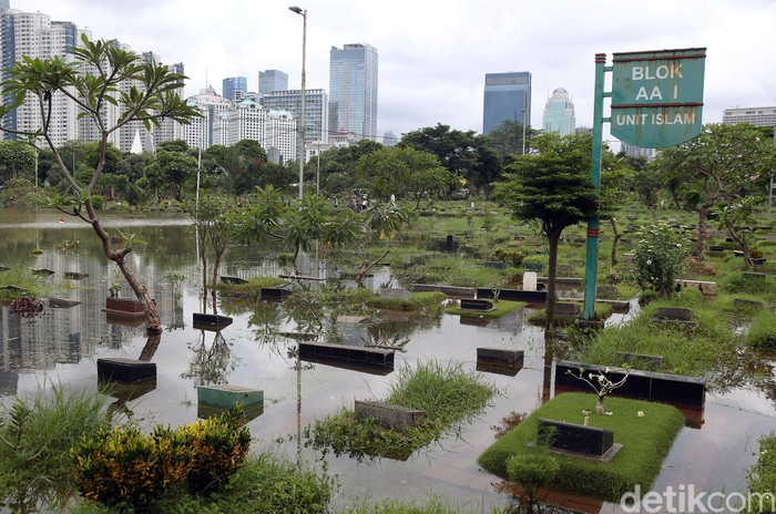 Banjir masih rendam sejumlah wilayah di Jakarta. Salah satunya kawasan TPU Karet Bivak, Jakarta Pusat. Berikut foto-fotonya.