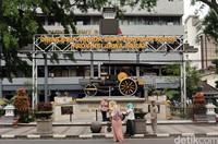 Sejumlah wisatawan tengah asyik berfoto di tugu titik nol Kota Bandung, Jawa Barat.