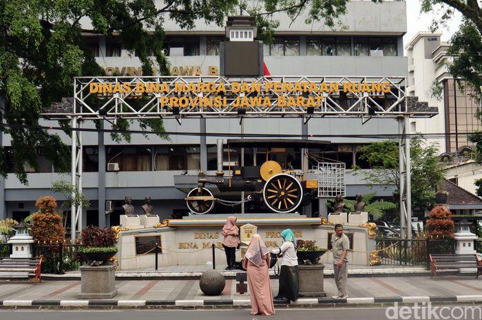 Tugu titik nol kilometer di Kota Bandung tak hanya jadi spot wisata populer. Tugu titik nol kilometer juga menjadi saksi sejarah perkembangan Kota Kembang itu.