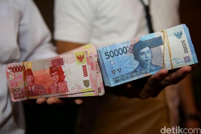 Bank Indonesia (BI) dan Bareskrim Polri hari ini memusnahkan 50.087 lembar uang rupiah palsu di kantor BI, Jakarta Pusat, Rabu (26/2).
