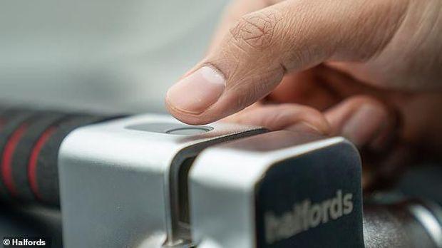Kunci setir mobil memakai sidik jari (Halfords)