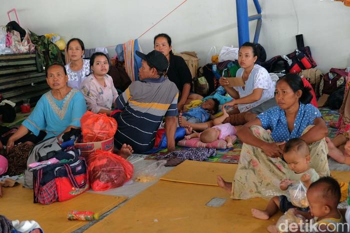 Sudah genap dua hari, ratusan korban banjir dari Desa Sukamakmur, Telukjambe Timur, Karawang, mengungsi ke ruko di wilayah Resinda. Begini kondisi mereka.