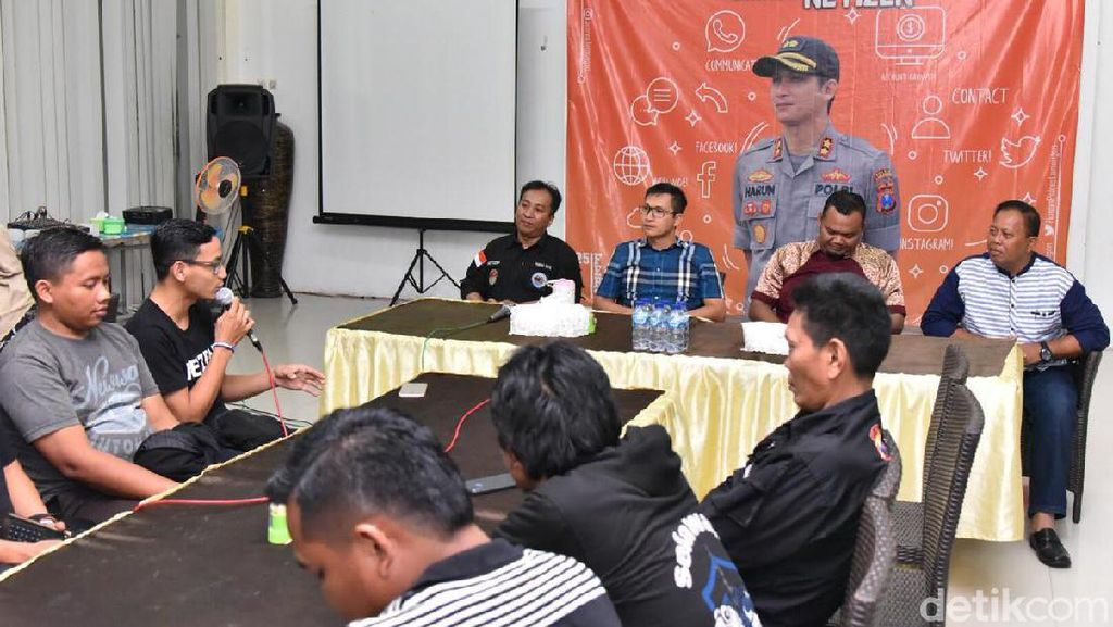 Polisi Lamongan Cangkrukan Bareng Netizen Jelang Pilkada Serentak