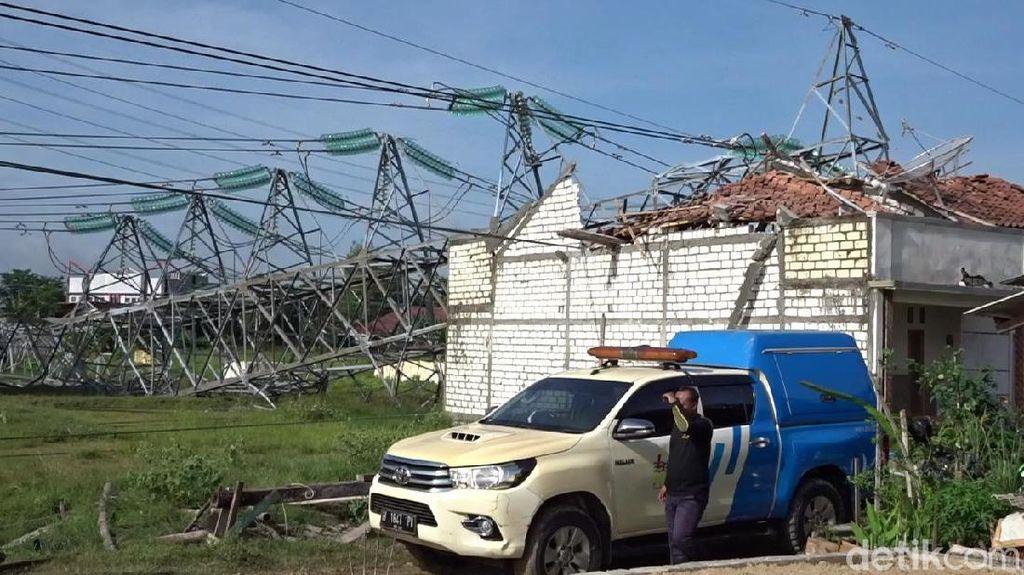 Rumah Tertimpa Tower PLN Roboh di Rembang, 2 Orang Dilarikan ke RS