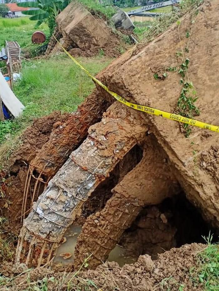 Fondasi Tower PLN Rembang tercerabut saat roboh