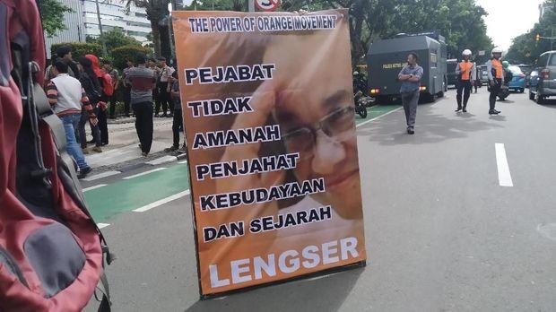 Spanduk massa aksi protes revitalisasi Monas-TIM dan banjir Jakarta di depan Balai Kota DKI