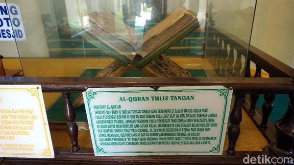 Di dalam masjid juga terdapat Al Quran yang ditulis tangan oleh Abdurrahman Stambul. Dia merupakan utusan kerajaan untuk belajar agama Islam hingga ke Timur Tengah. (Wahyu Setyo/detikTravel)