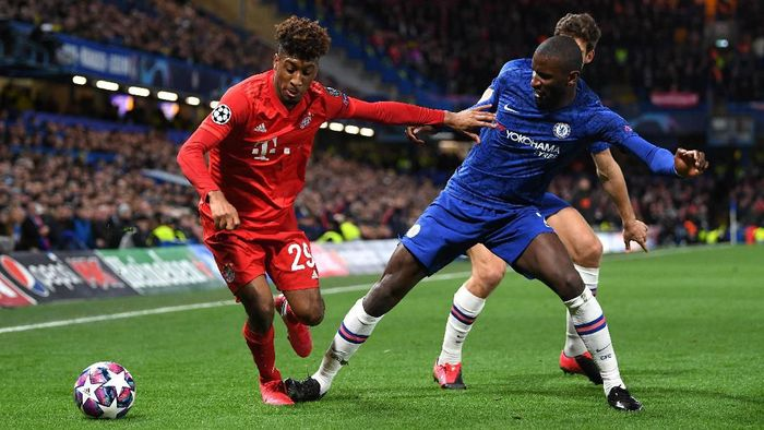LONDON, ENGLAND - FEBRUARY 25: Kingsley Coman of Bayern Munich is closed down by Antonio Rudiger of Chelsea  during the UEFA Champions League round of 16 first leg match between Chelsea FC and FC Bayern Muenchen at Stamford Bridge on February 25, 2020 in London, United Kingdom. (Photo by Shaun Botterill/Getty Images)