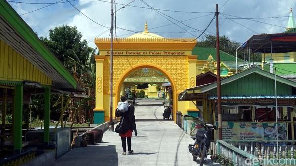 Selamat datang di Pulau Penyengat. Begitu sampai ke pulau ini, traveler akan disambut dengan gerbang berwarna kuning emas nan megah ini. (Wahyu Setyo/detikTravel)