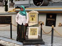 Seorang wisatawan tengah asyik berfoto di tugu titik nol kilometer Kota Bandung yang sarat akan sejarah lahirnya Kota Bandung itu.