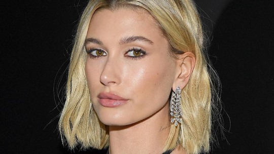 Penampilan Seksi Hailey Baldwin di Paris Fashion Week