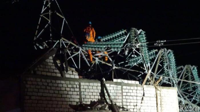 Tower SUTT PLN yang roboh dan menimpa rumah di Rembang, Rabu (26/2/2020).