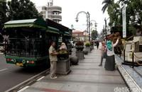 Kini tugu nol kilometer Kota Bandung itu jadi salah satu spot wisata yang kerap didatangi oleh para wisatawan yang tak hanya ingin mengenal sejarah Kota Kembang tetapi juga untuk sekadar berfoto di depan tugu titik nol tersebut.
