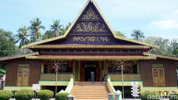 Di replika rumah adat ini, traveler bisa berfoto dengan menggunakan baju adat khas Melayu yang unik. Jadi serasa seperti seorang bangsawan. (Wahyu Setyo/detikTravel)