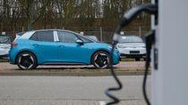 Penjualan Mobil BBM Hancur, Mobil Listrik Tak Seberapa Buruk