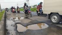 Awas, Jalan Berlubang di Raya Porong Lama Ancam Pengguna Jalan