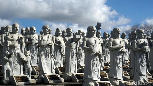 Patung-patung ini merupakan hasil donasi dari para jamaah. Nantinya nama-nama donatur akan dituliskan di prasasti berbentuk persegi yang berada di bawah setiap patung. (Wahyu Setyo Widodo/detikcom)