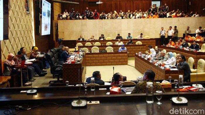 Gubernur DKI Jakarta Anies Baswedan dan Gubernur Jabar Ridwan Kamil tidak menghadiri rapat dengar pendapat dengan Komisi V DPR. Rapat membahas banjir di Jabodetabek pun ditunda.