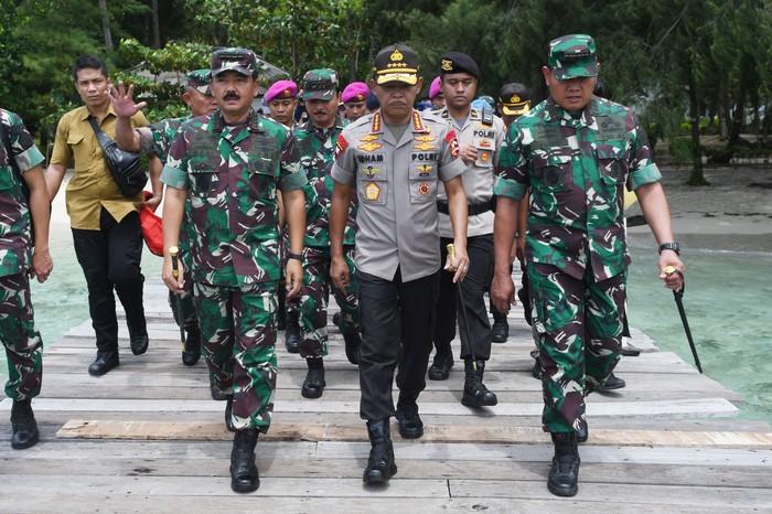 Sejumlah anggota TNI bersiaga di perairan sekitar Pulau Sebaru Kecil di Kepulauan Seribu, Jakarta, Kamis (27/2/2020). Pemerintah menyatakan pulau itu telah siap untuk dijadikan lokasi observasi 188 WNI ABK World Dream. ANTARA FOTO/Akbar Nugroho Gumay/aww.