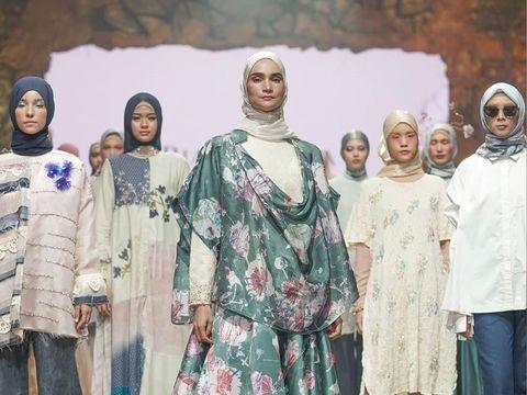 Busana muslim karya Ria Miranda.