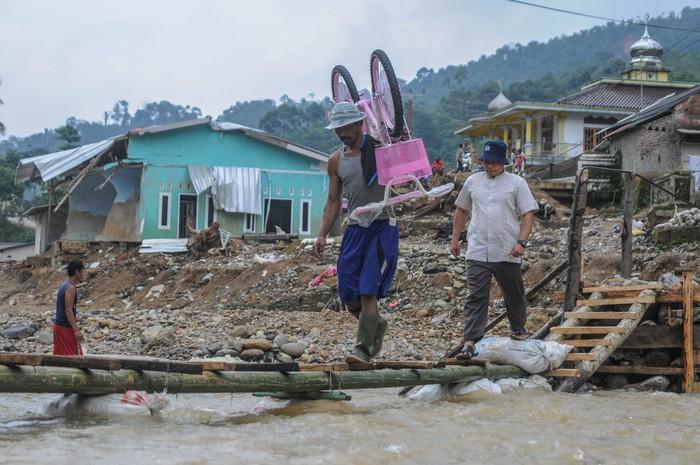 Banjir bandang yang melanda kawasan Lebak, Banten, awal tahun 2020 merusak sejumlah infrastruktur. Salah satu infrastruktur yang rusak adalah jembatan.