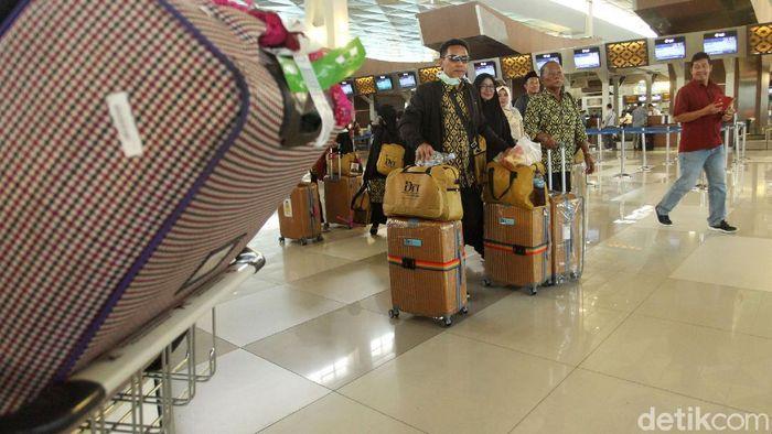 Sejumlah jemaah umrah yang tertahan dan menunggu kepastian perlahan mulai meninggalkan Bandara Soetta.