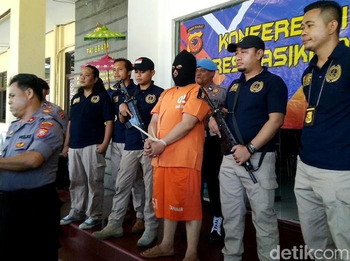 Seorang ayah tega membunuh anak kandungnya di Tasikmalaya, Jawa Barat. BR (45) tega membunuh anaknya karena uang Rp 400 ribu untuk ongkos studi tur.