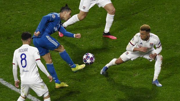 Dua tembakan Cristiano Ronaldo diblok bek Lyon.