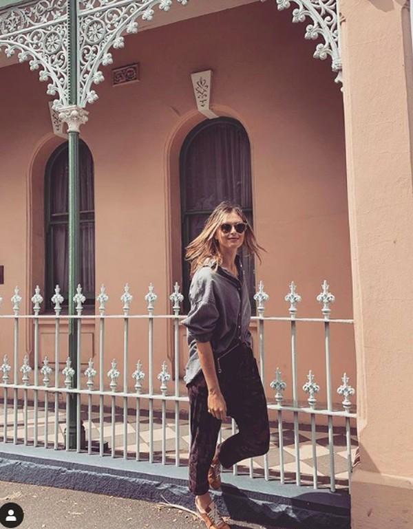 Di Australia, Maria berkeliling Kota Fitzroy. Kota ini dikenal dengan bar dan restorannya. (mariasharapova/Instagram)