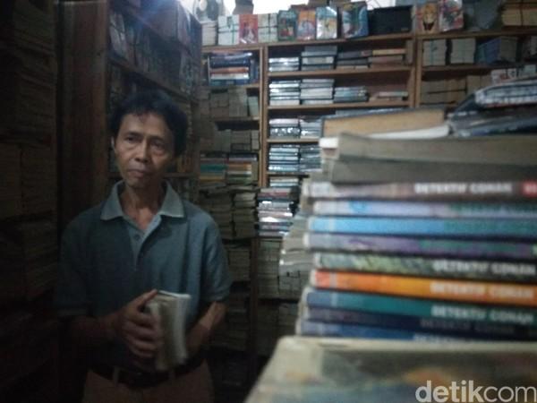Suparman menawarkan keseluruhan koleksinya yang mencapai 20.000 lebih buku seharga Rp 75 juta dengan rata-rata harga per buku Rp 4 ribu. Dirinya berharap ada orang dengan kelebihan harta yang bisa membeli semua koleksinya. (Whisnu Pradana/detikcom)