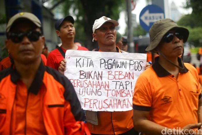 Sekitar ratusan pekerja PT Pos Indonesia (Persero) mendatangi Kementerian BUMN siang ini. Berikut foto-fotonya!