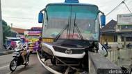Hindari Pemotor, Bus PO Sugeng Rahayu Hantam Jembatan di Klaten