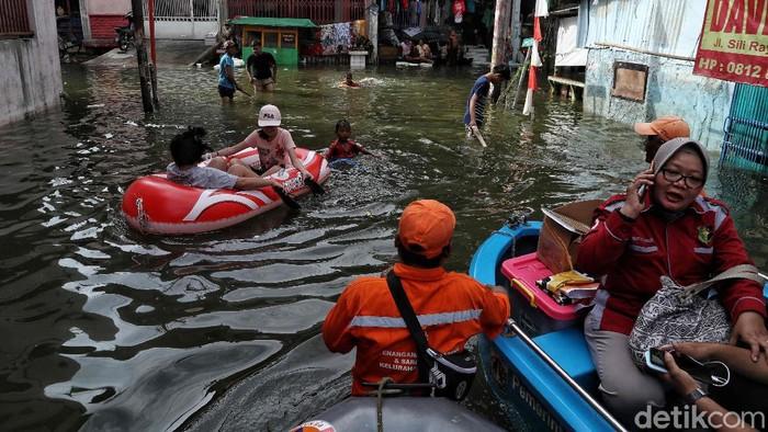 Kawasan Teluk Gong kerap dilanda banjir saat hujan deras guyur wilayah Jakarta. Warga di kawasan itu pun mau tak mau mengungsi saat banjir merendam rumah mereka