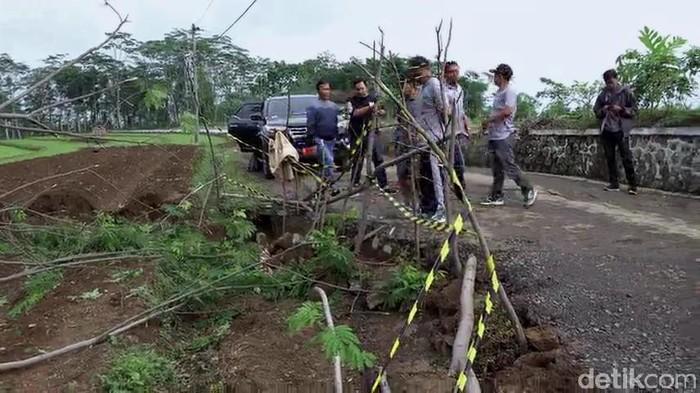 Tanah ambles di Desa Jolosekti, Kecamatan Tulis, Kabupaten Batang, Jawa Tengah, Kamis (27/2/2020).