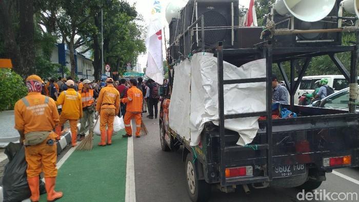 Pasukan Oranye sapu jalanan (Sachril Agustin - detikcom)