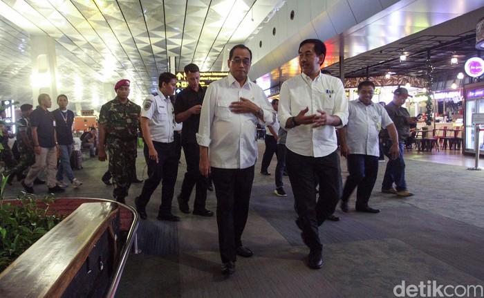 Menhub Budi Karya melakukan tinjauan ke Bandara Soekarno-Hatta (Soetta). Dia berbincang dengan jemaah umrah yang gagal berangkat.